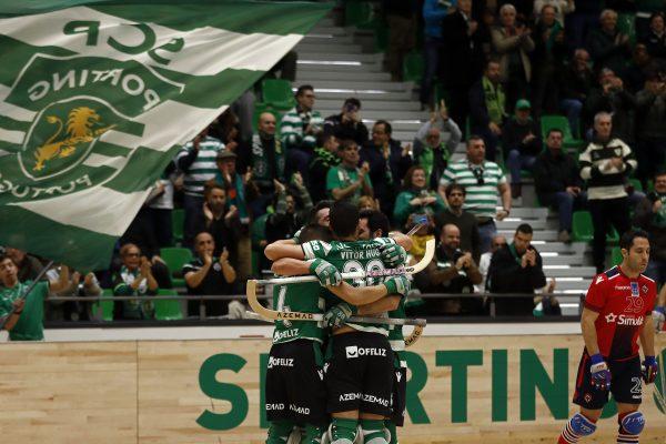 Os jogadores do Sporting festejam a marcação de golo contra a Oliveirense, durante o jogo a contar para a Liga Europeia de Hóquei em Patins, na 2.ª mão dos quartos de final, disputado no Pavilhão João Rocha, em Lisboa, 07 de abril de 2018. ANTÓNIO PEDRO SANTOS/LUSA